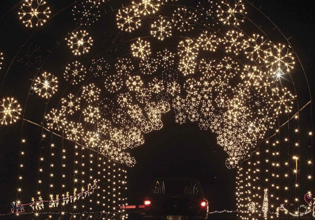 holiday-light-show-snowflake-tunnel